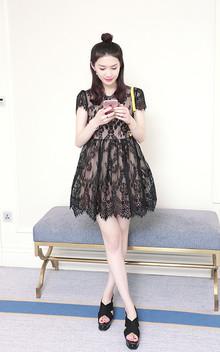 精致的刺绣蕾丝裙,设计的干净清爽,很讨喜,简单又优质。一件简