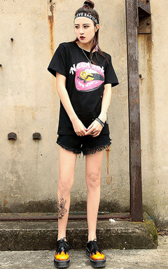 百搭纯棉短袖T恤,个性妩媚的红色嘴唇印花图案装饰,简约时尚,搭配毛边牛仔短裤,潮味十足!