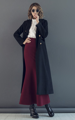 长款毛呢外套,版型很好,穿上气场强大,搭配优雅的鱼尾半身裙,尽显女人的曼妙身姿。