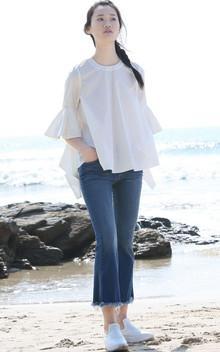 纯棉立体喇叭荷叶袖衬衣,A字廓形遮肉又显瘦,面料舒适透气性好,搭配一条牛仔裤,清爽又自然