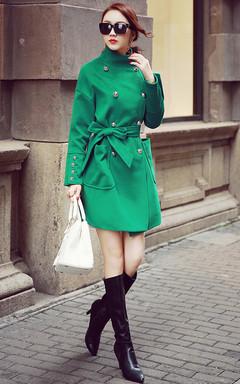 绿色的双排扣毛呢外套,中长款的款式,高挑身段的MM轻松驾驭,内里搭配裙装,再配双长靴,无比大牌哦!