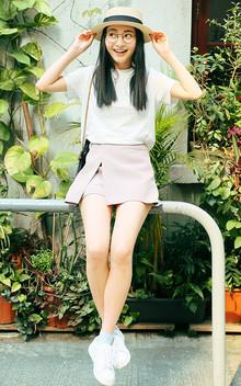 基础的版型和款式短袖打底T恤,宽松的又有一定的挺括感,搭配假两件不规则斜开叉高腰短裤和小白鞋,休闲清新