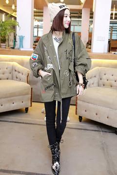 宽宽大大BF风感觉的工装外套,时尚铆钉线绣装,穿着时尚有范,下搭简单显瘦的打底裤,随性帅气的出街吧。