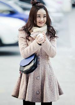 赵丽颖这一款毛呢大衣,相当甜美,粗呢的面料,收腰的设计,下摆微蓬,很是俏皮哦,简单搭配打底袜,就很赞了