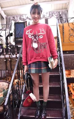 复古麋鹿印花,充满圣诞调调的套头卫衣,很温暖很柔软。搭配格子高腰毛呢短裙,节日派对穿超有氛围感哦。