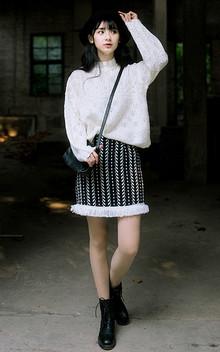 非常美的打底衫,纯净白色,精美镂空,气质小高领,很淑女很浪漫,搭配流苏下摆提花半身裙,浪漫唯美,又有些复古文艺气质哦