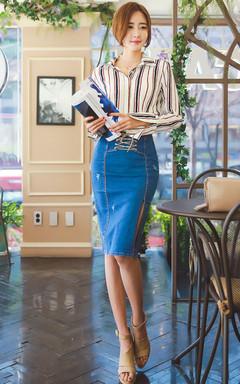 竖条纹宽松长袖衬衫,小翻领设计更显落落大方,搭配高腰开叉系带牛仔裙,优雅知性。
