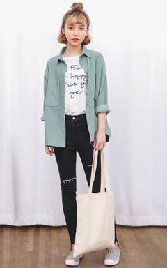 灯芯绒纯色衬衫,宽松的版型,不挑身材哦!搭配小脚牛仔裤,简约时尚。