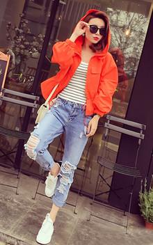连帽短外套,春日御寒凹造型必备 抽绳收腰设计以及松紧袖口很修饰身材的,搭配修身针织吊带小背心和五角星破洞哈伦牛仔裤很个性