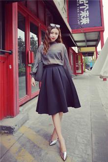低调的灰色雪纺衫显高雅气质~轻盈透视的雪纺衫很有女人味,灯笼袖设计欧式复古~搭配空气棉的过膝半裙~尽显高雅气质~