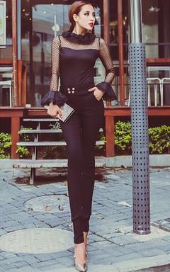 宫廷风复古网纱上衣,荷叶边的衣领,玩转飘逸有范;搭配四粒扣修身小脚裤、高跟鞋、宴会包,展现女性性感和魅力