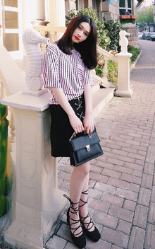 推荐这款A字裙,基础版型,正中心开拉链,银链绑带设计!银色金属在黑色面料衬托下显得更有质感啦。像图片这样配条纹衫也很好看