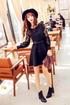 经典圆领+灯笼袖口+蕾丝拼接,非常的有气质的蕾丝小黑裙。精美腰带收腰显瘦,搭配高跟鞋小裸靴都非常的有气质哟~