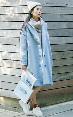 清新又少女的浅蓝色呢大衣,西装式翻领,剪裁宽松,下摆微收,内搭一件套头高领毛衣,再配一双休闲鞋,整体舒适又休闲。