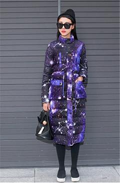 星空图案的中长款棉服,搭配一件圆领套头打底裙,修身显瘦,帅气十足,街头风格的最佳展现。