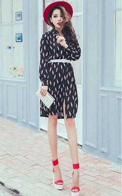 今天还缺了什么?性感樱唇? 高开叉衬衫裙,口红印花新鲜感十足,自然地形成了红黑白的经典配色,搭配厚底凉鞋和毛呢帽,美美哒