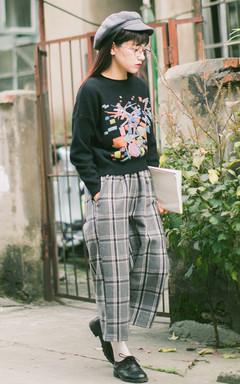 简约套头毛衣,不规则几何图案,个性潮流,搭配格子阔腿裤,穿着休闲随意,尽显复古学院风。