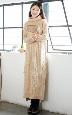 长款毛衣裙,高领的款式,温暖感十足。针织手法较方艺简约,搭配简单的打底裤袜,学院气息浓郁。