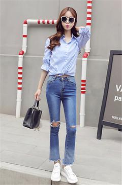 喇叭袖、整体条纹设计样式的衬衫,搭配一条破洞毛边裤脚牛仔裤,显瘦,大气,出街女神范十足,展现出时尚简约风格。