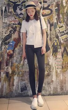 超级流行的不对称设计T恤衫,简洁而不简单,百搭舒适非常有范,下搭修身小脚牛仔裤,配双小白鞋,非常的洋气清爽的搭配