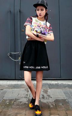印花短袖T恤,露漏肚脐设计,秀出你的A4腰,搭配阔腿裤+松糕鞋,潮味十足!