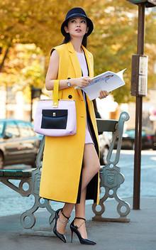 一件姜黄色的中性廓形风衣马甲,搭配粉色的连衣裙,让大家感受一下融合硬朗和温柔的双面冰冰。