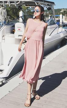 很漂亮的一款连衣裙,百褶的设计,散发迷人的魅力,荷叶边下摆,精致唯美,搭配一款菱格小包包,优雅出行。
