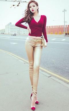 深V领性感修身显瘦打底衫,搭配金属感包臀小脚裤和拼色透明凉鞋、简约金色手拿包、街拍风圆圈耳环,不经意的打造街头达人风采