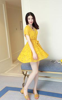 亮丽黄色是春夏活力的代表, 淡雅纯净的蕾丝花色渗透出小女人们
