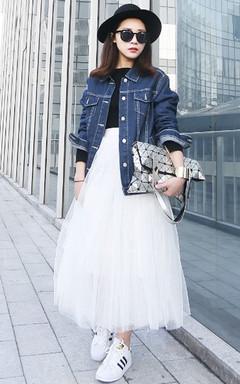 唯美梦幻的白色纱裙很适合春天穿,瞬间增强你的仙气,也很好地平衡了牛仔外套的硬朗。
