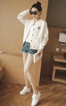 BF的棒球服外套也是不能少的哦,简约的设计风格,搭配春色白背心t恤和阔腿牛仔短裤休闲时尚!