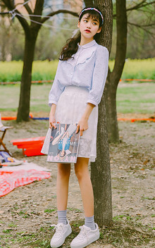 乖巧文静的七分袖衬衫,浅浅的蓝色,可爱的波浪领,穿着很可爱很青春,搭配仙气十足的太阳花欧根纱半身裙,清新美好