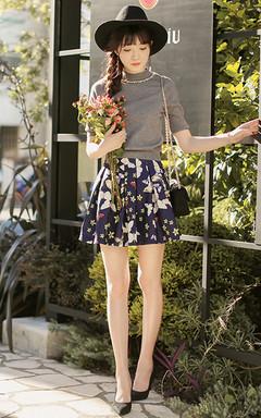 简洁超好搭的修身针织衫,气质半高领样式,优雅淑女范,搭配蝴蝶印花A字半身裙和尖头高跟鞋,优雅提气,女人味十足。