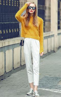 暖暖的黄色毛衣,简约时尚。搭配九分条纹休闲裤,街头休闲欧美风。
