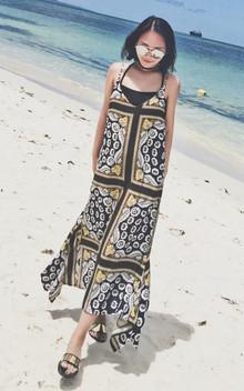 很适合度假的一款吊带连衣裙,长款的版型,奇趣印花充满十足魅力,飘逸的裙摆,配一双凉拖,美丽大方!