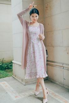 超级气质简约的长款防晒针织外套,这个颜色真的是绝了,上身显瘦又称肤色,搭配波浪边吊带花色长裙,清新又气质