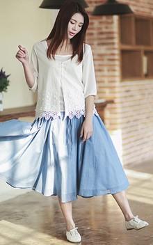 棉质刺绣白色衬衫,优质的细沙棉,秀出醉人的春色,搭配松紧腰抽绳棉布半身裙,舒爽透气,透出浓浓的文艺清新味。