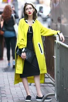 中长款的H型外套,荧光黄色超级好看哟,时刻抓住路人的眼球,宽松版型不挑身材,内搭紧身背心裙时尚又气质~