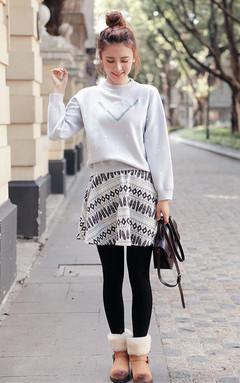 简约舒适毛衣,经典小圆领弹力螺纹包边,个性百搭,立体的刺绣字母,搭配半身裙,甜美减龄,尽显优雅时尚气质。