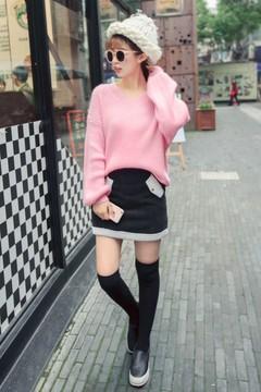 超级水灵的嫩粉色毛衣哦~点亮暗沉的冬天就靠它啦~搭配羊羔毛拼接的半身裙,整身造型萌萌哒!