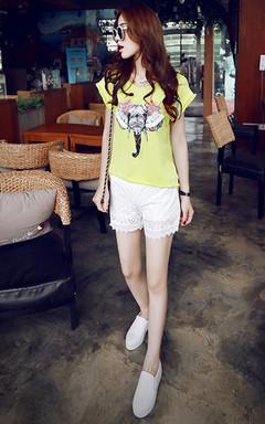 个性异域风情,彩花大象T恤,搭配白色蕾丝镂空休闲短裤,街头休闲欧美风。