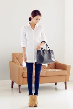 很简洁漂亮的燕尾中长款衬衫,精致的剪裁修身显瘦,精梳棉的布料非常的舒服哟,搭配紧身打底裤高跟鞋很气质哟~