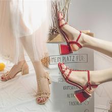 女夏粗跟2019新款 百搭一字带铆钉时尚 欧洲站酒红色凉鞋 韩版 高跟鞋