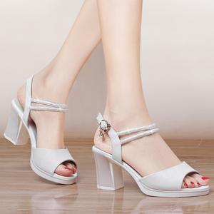 <span class=H>凉鞋</span>女夏2018新款粗跟中跟女士<span class=H>鞋子</span>露趾鱼嘴防水台高跟鞋白色<span class=H>女鞋</span>