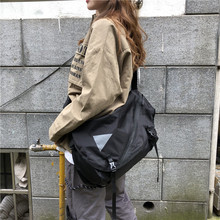 The Korean version of the one-shoulder bags and 100-rider locomotive bags have a large capacity in class for students with canvas bags and ladies'oblique bags in INS