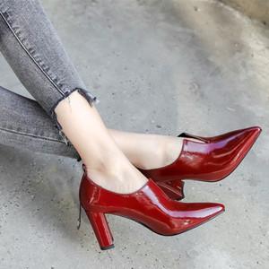 粗跟大码小皮鞋深口尖头单鞋女春秋新款百搭高跟软漆皮女<span class=H>鞋子</span>小码